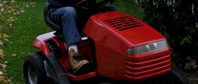 How to Cut Tall Grass With a Riding Mower