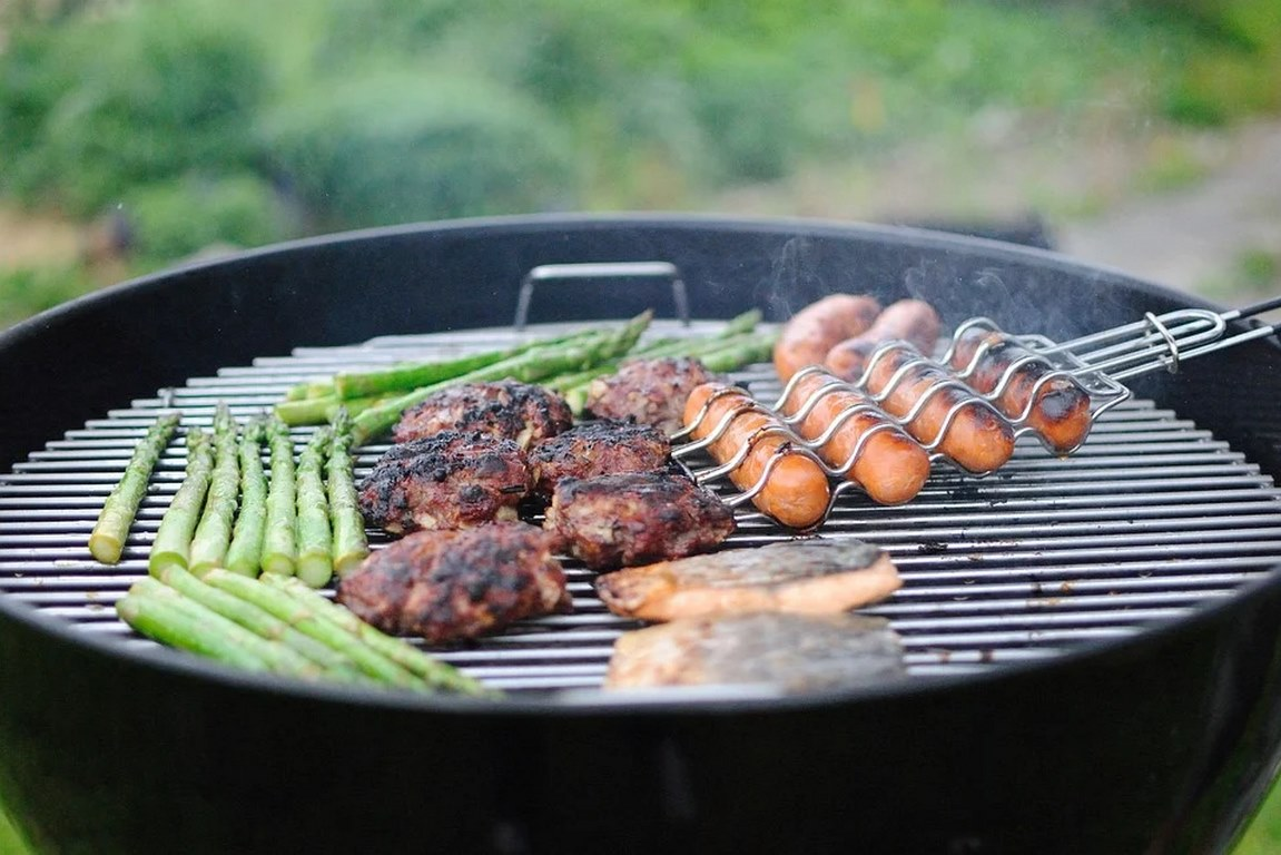 image - Charcoal vs Electric vs Gas Smokers Pros and Cons