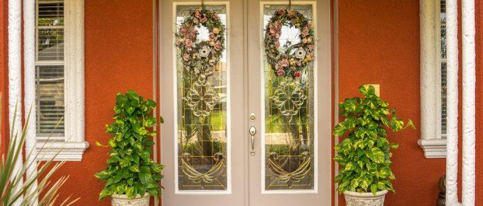 15 Creative Front Door Décor Ideas