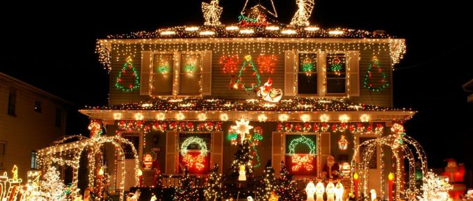 Why are so Many People Replacing Traditional Christmas Lighting with Solar Lighting?